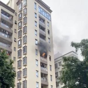 浓烟滚滚!一民房6楼起火,广州消防救出6人